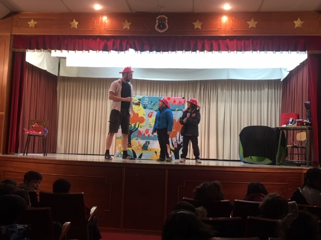 Primaria: Teatro en Inglés. Looking for a bear.